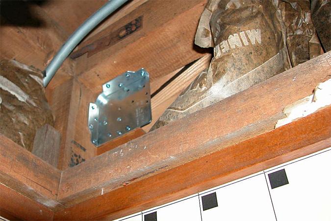 天井の中で柱の梁と筋交いを<br /><br /> 同時に留めて補強しています。